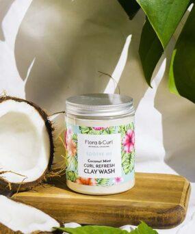 Flora & Curl Curl Refresh Clay wash er en dybdegående rens der er curly girl godkendt produktet forhandles ved www.CurlsForYou.dk billedet her er en stockshot